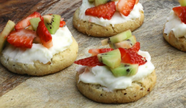 These mini fruit pizza cookies are the perfect snack idea for kids & families on a warm spring or summer day. They are an easy snack to make and so tasty!